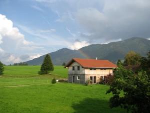 Альпийские предгорья в деревушке Хальблех в немецкой Баварии