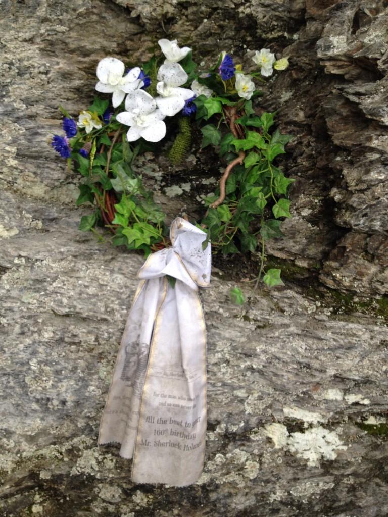 Рейхенбахский водопад. Венок на месте гибели Шерлока Холмса.