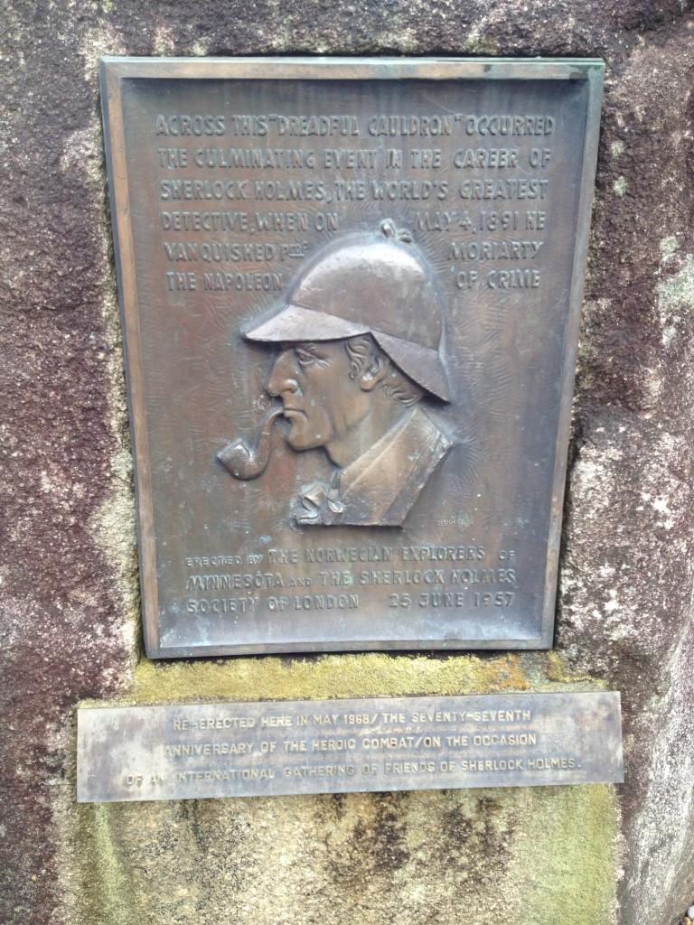 Рейхенбахский водопад. Мемориальная табличка Шерлоку Холмсу.