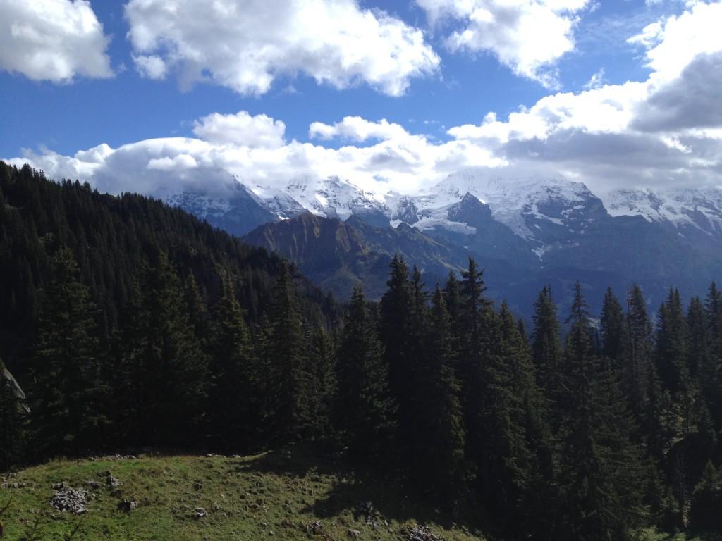 Вид на вершины Бернских Альп Эйгер, Монк и Юнгфрау с железной дороги Щюниге Платте.