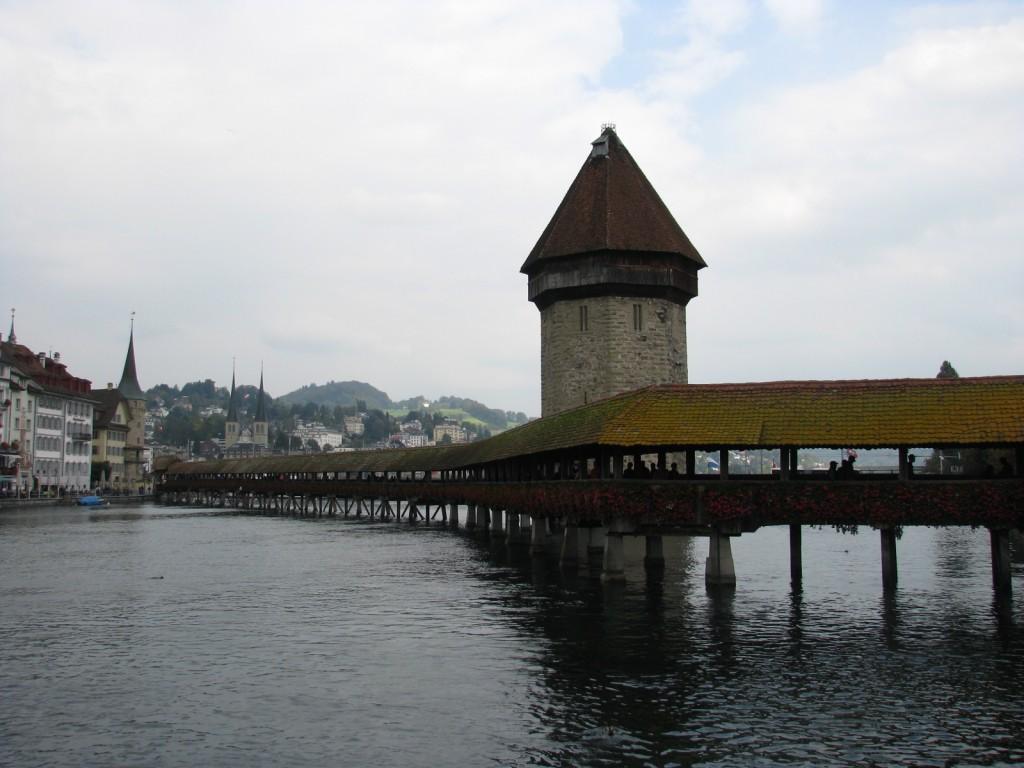 Люцерн. Башня Вассертурм и мост Каппельбрюкке.