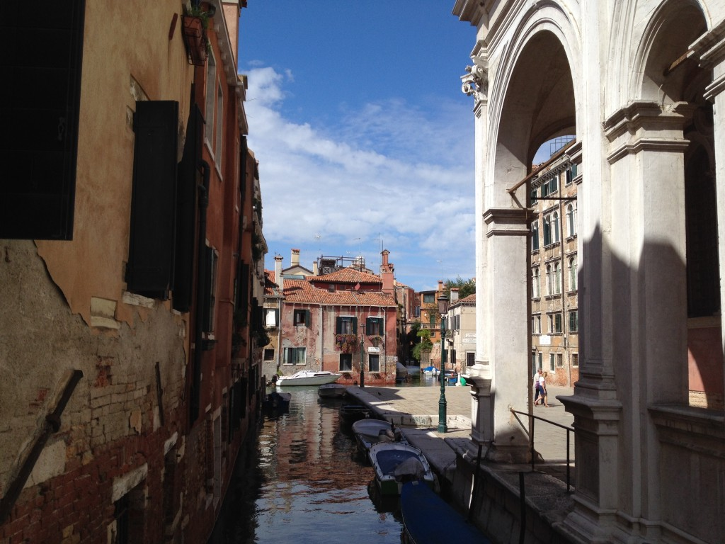 Узкие улочки и каналы Венеции