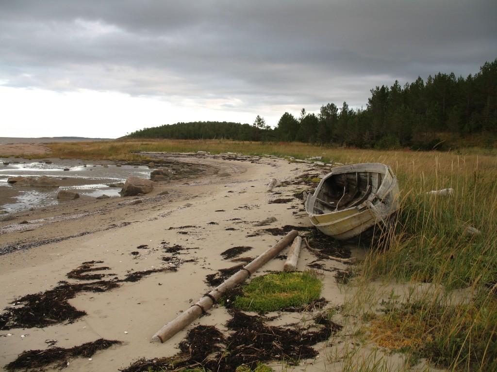 Унежма. Лодка на берегу.