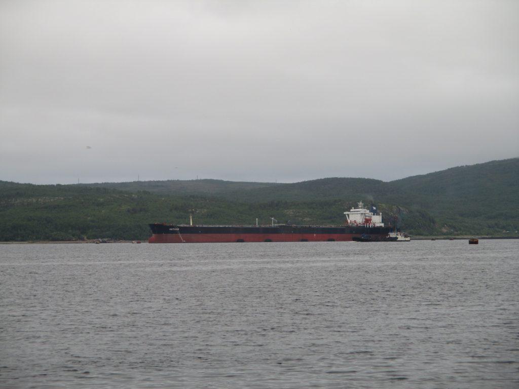 Мурманск. Баржа в Кольском заливе.