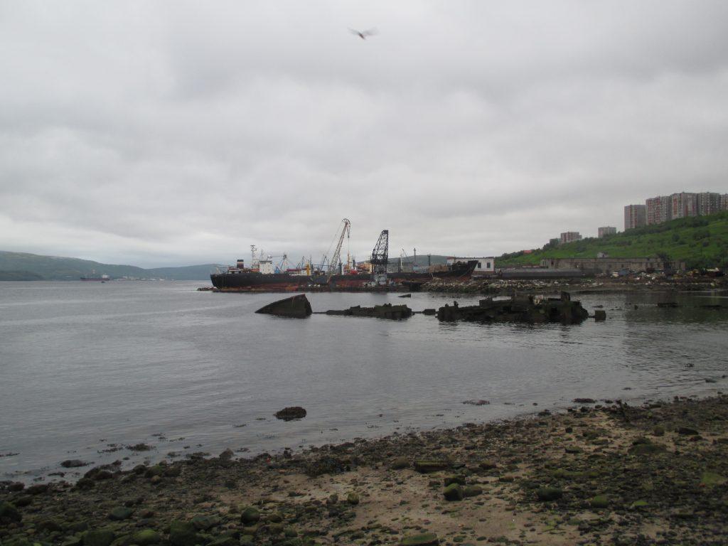 Мурманск. Типичный пейзаж. Море, порт, морской металлолом, жилые дома.