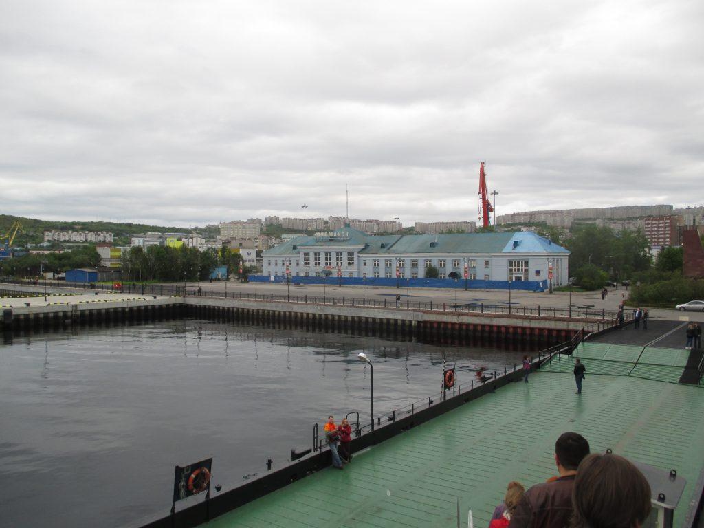 Здание Морвокзала Мурманска с ледокола Ленин