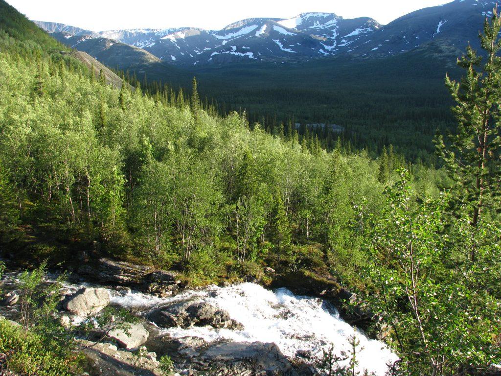 Вид на Хибины с водопада Красивый