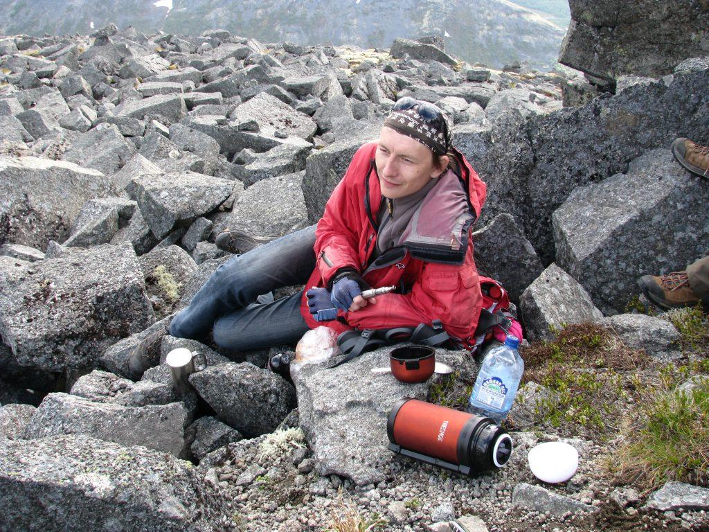 Обед на вершине горы Куэльпорр в хибинских горах.