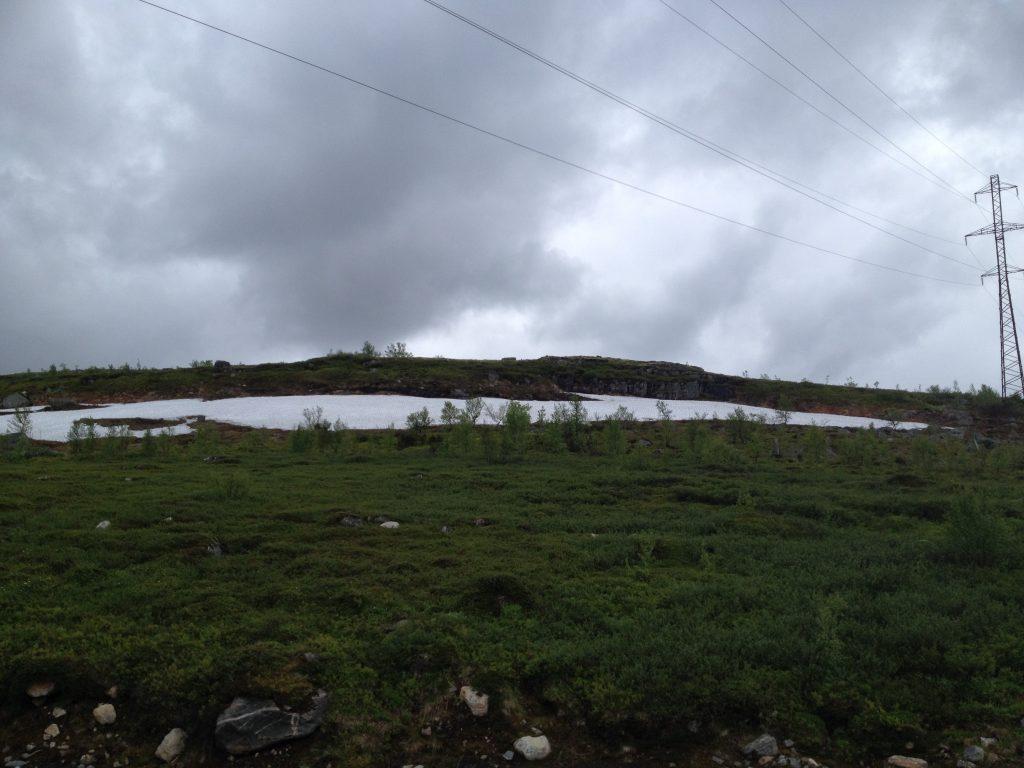 Конец июня. По дороге в Териберку. Местами еще лежит снег.