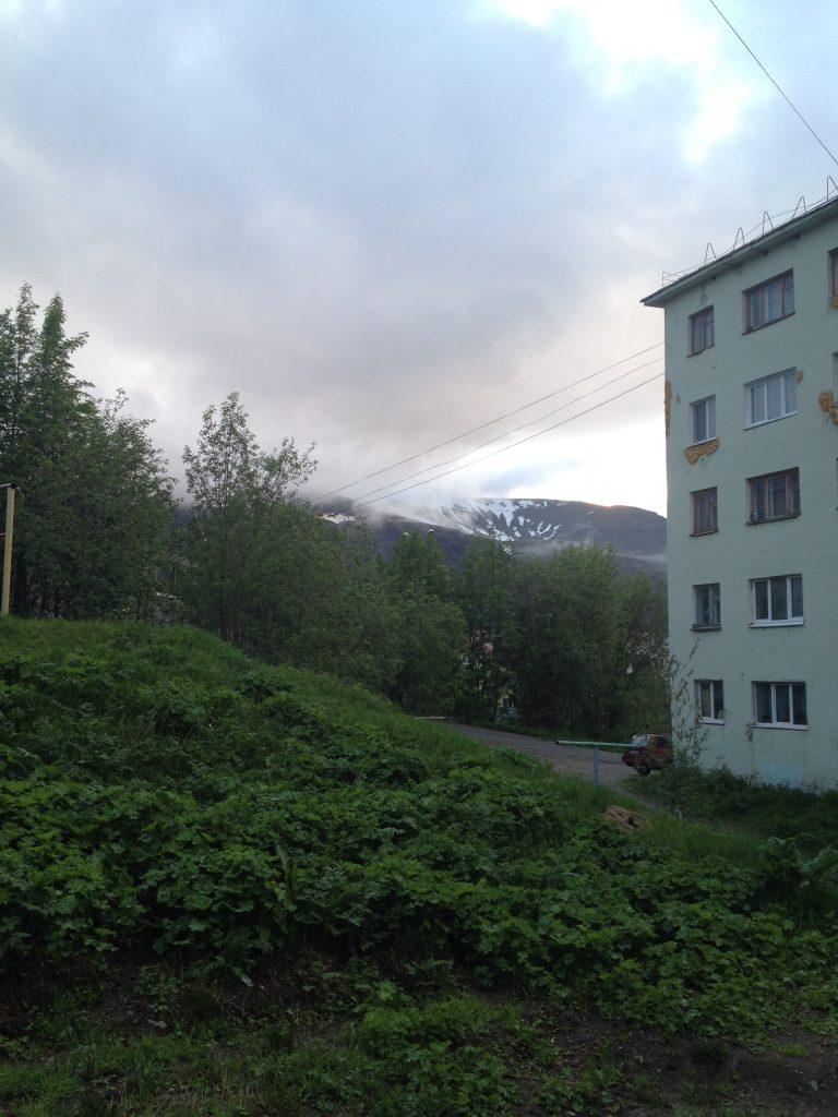 Кировские дворы с Хибинами на фоне