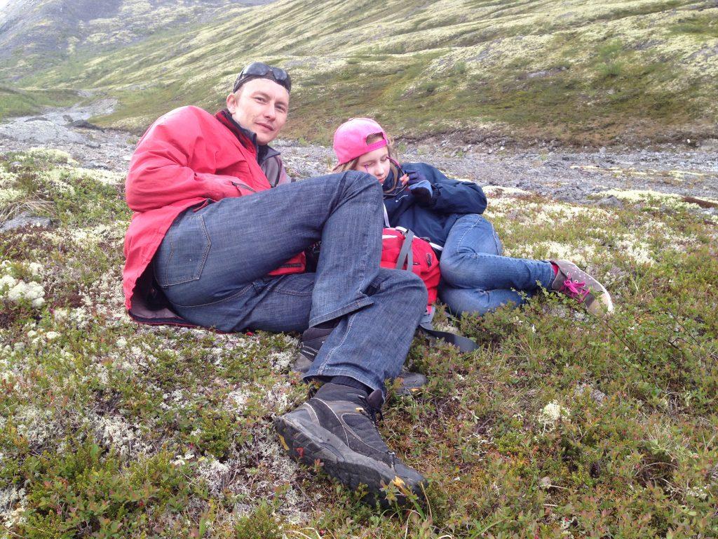 Заслуженный отдых после спуска с горы Куэльпорр. Хибины.