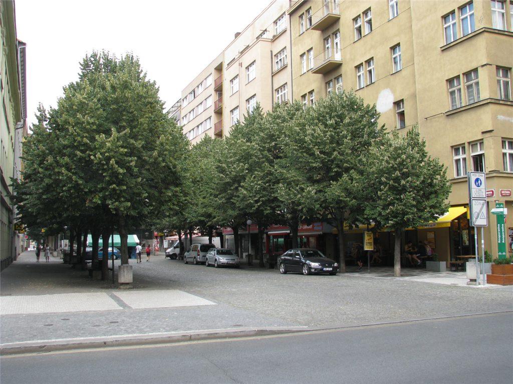 Улица Thámova перед метро Кршижикова.