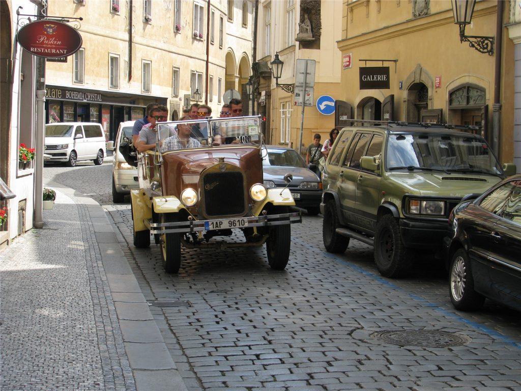 Ретро-автомобили на улицах Праги