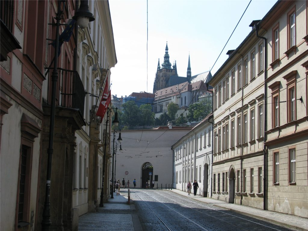 Вид на Пражский град снизу