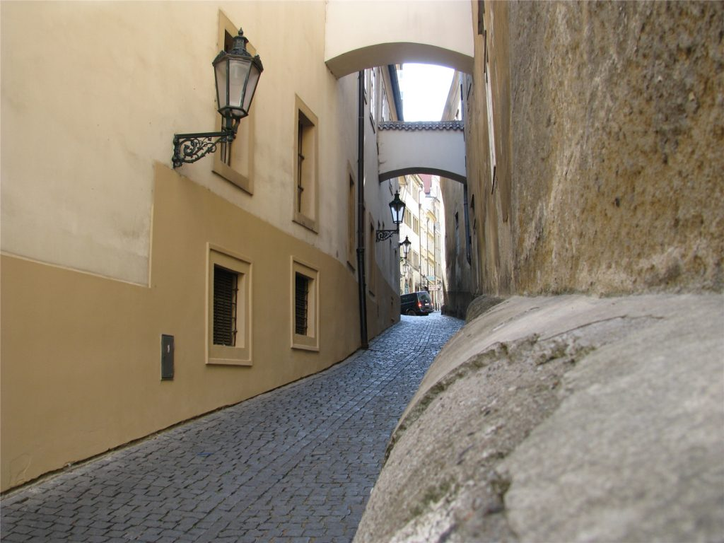 Узкие улочки ведут к Пражскому Граду