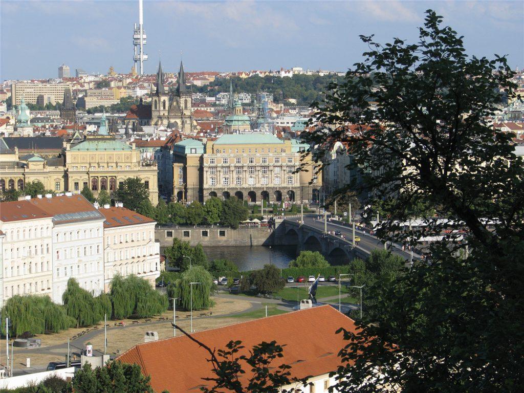 Вид на Прагу и телебашню со смотровой у Пражского Града.