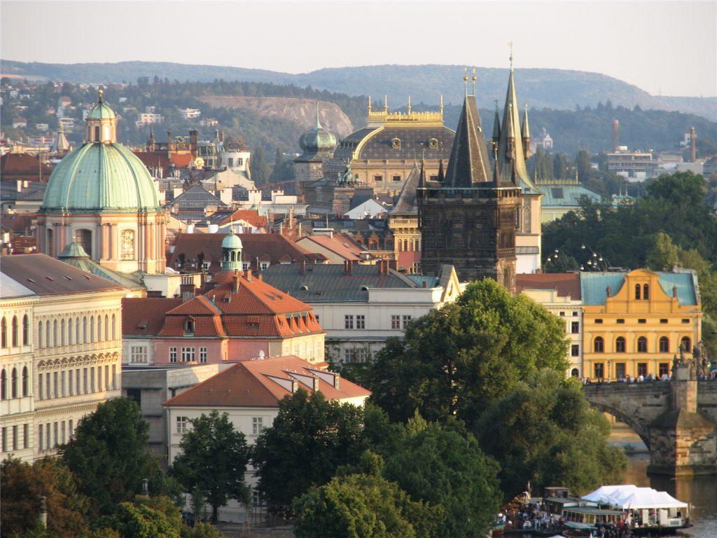 Крыши Старе-Место около Карлова моста в Праге
