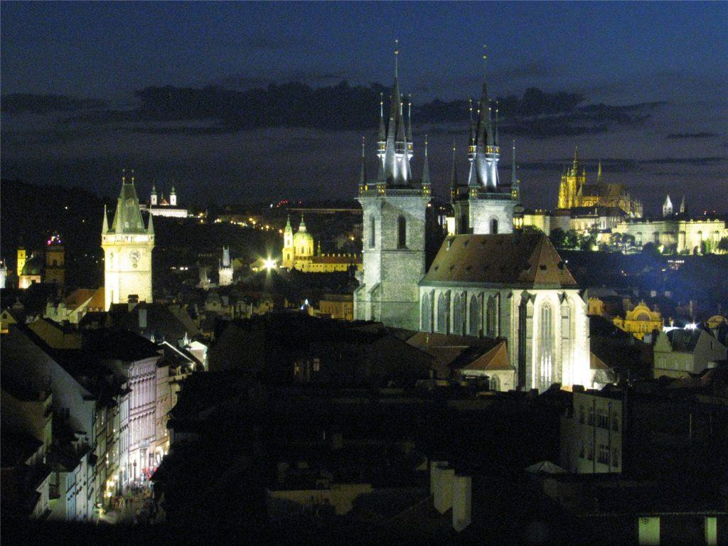 Прага. Вид на Тынский храм с башни Пороховых ворот.