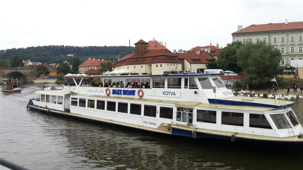 Прогулка на теплоходе по Влтаве в Праге.