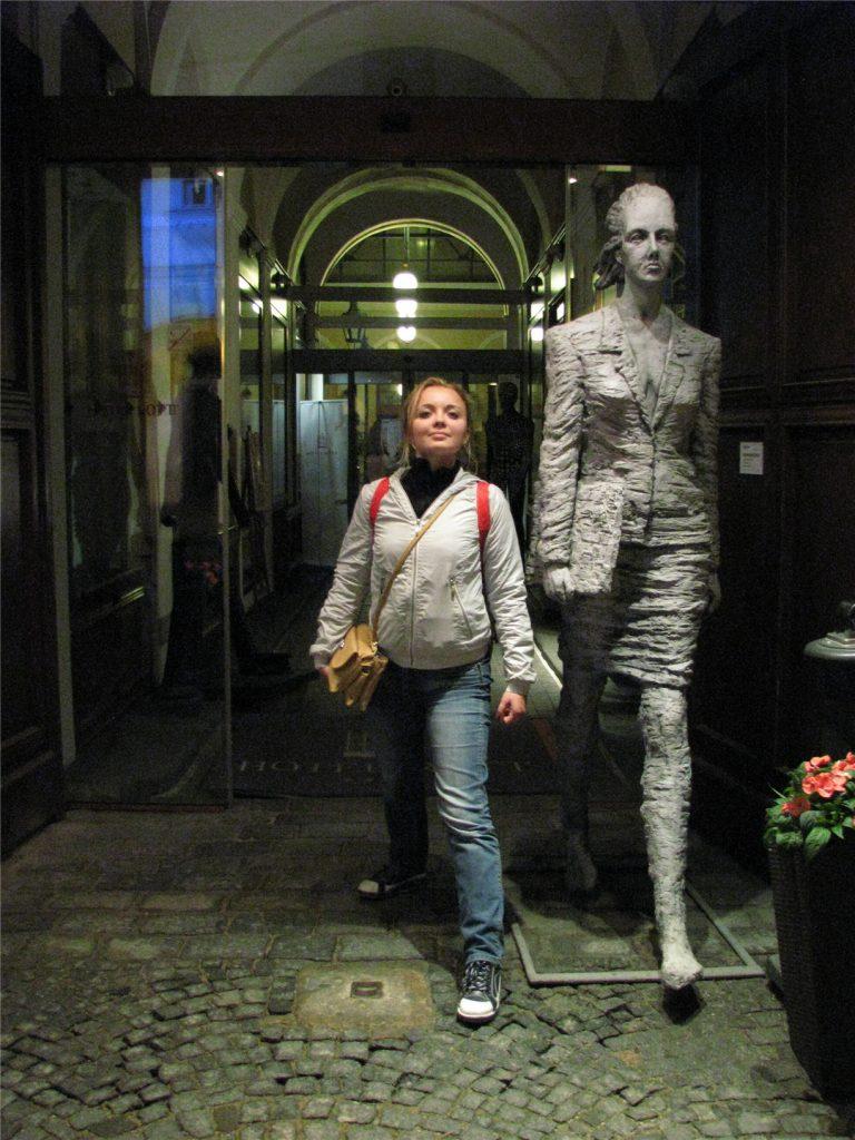 Вход в отель Rott в Праге. Около Hard Rock Cafe.
