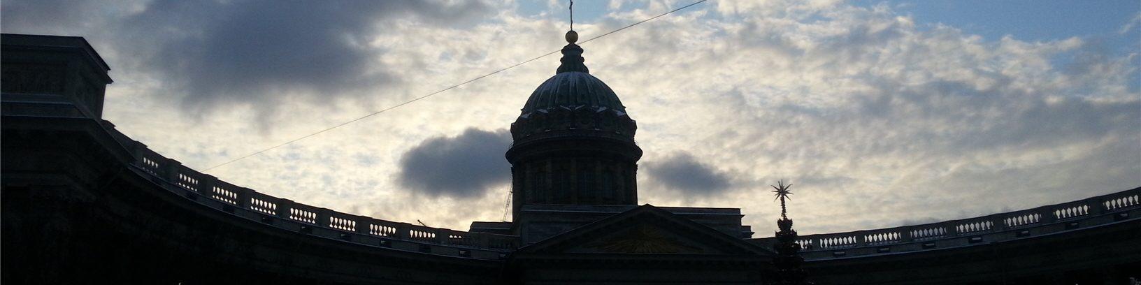 Зимнее небо над Казанским собором в Санкт-Петербурге
