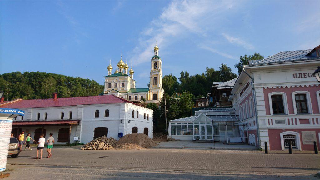 Вид с набережной Волги на Воскресенскую церковь. Плес.