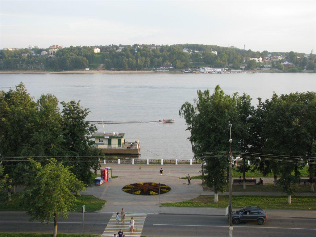 Река Волга. Вид со смотровой площадки в Центральном парке Костромы.