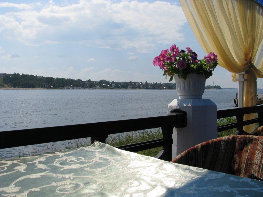 Вид на Волгу с террасы ресторана Белое Солнце в Костроме