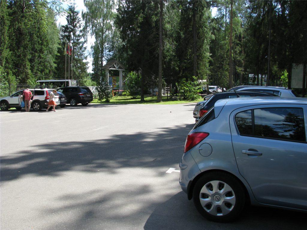 Парковка эко-отеля Романов Лес