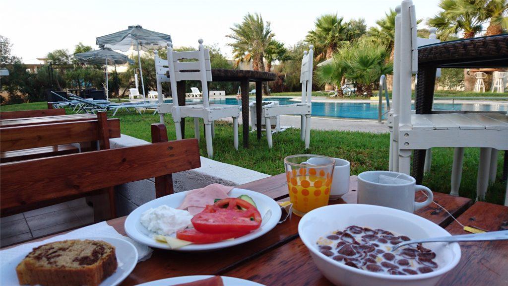 Завтрак у бассейна в отеле Арго. Фалираки. Родос.