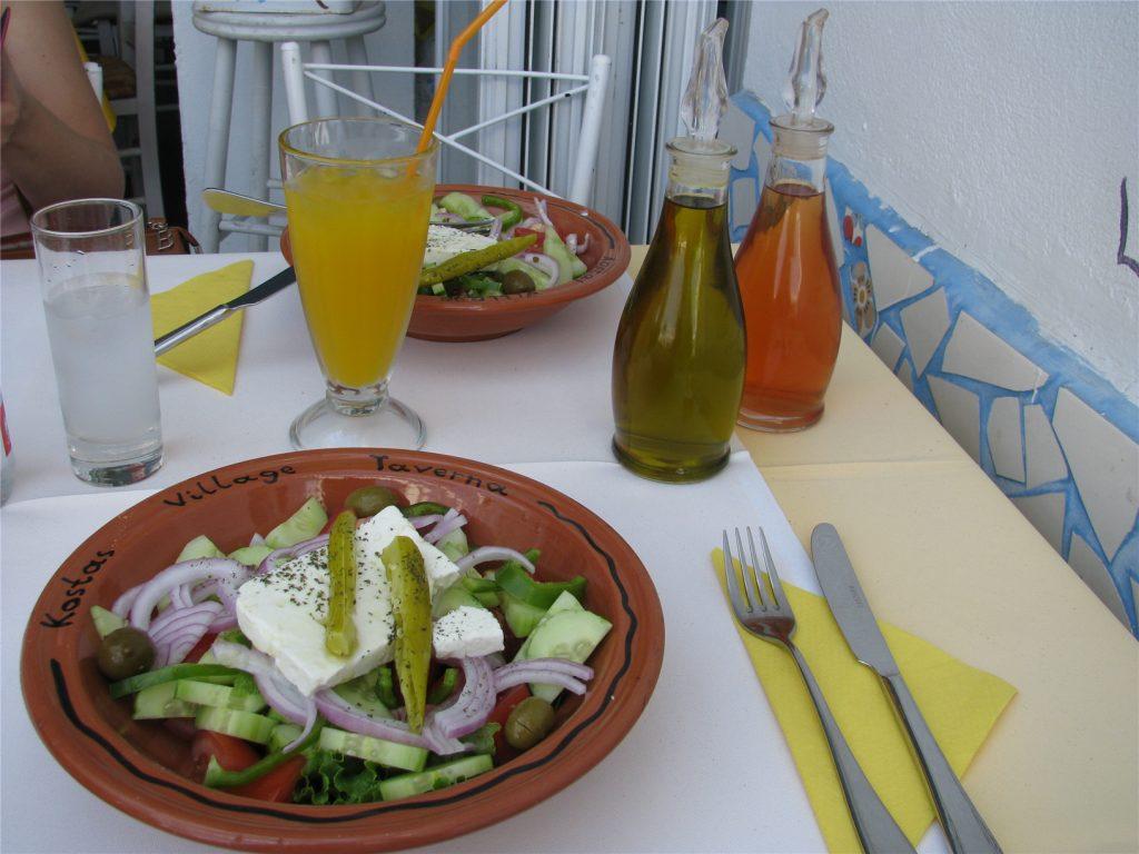 Греческий салат. Блюдо греческой кухни.