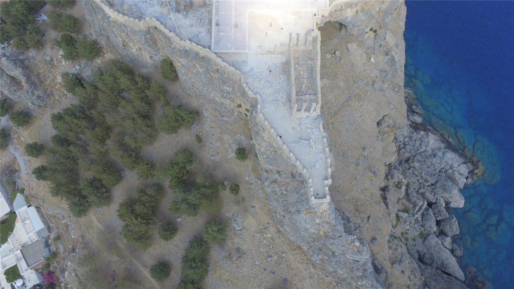 Акрополь в Линдосе на Родосе. Вид с высота полета дрона.
