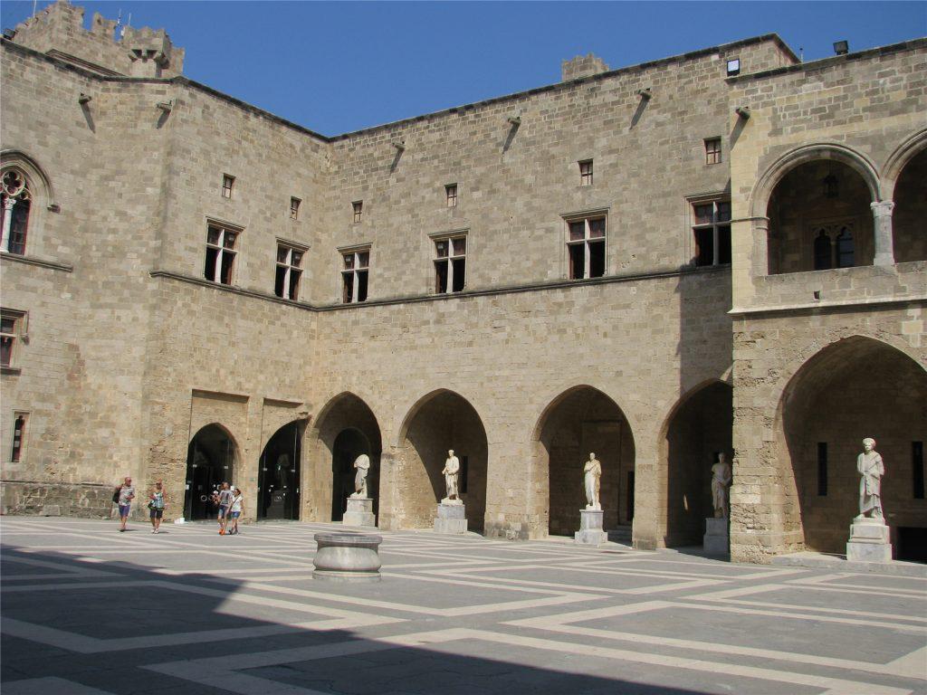 Внутренний двор Дворца Великих Магистров. Родос.