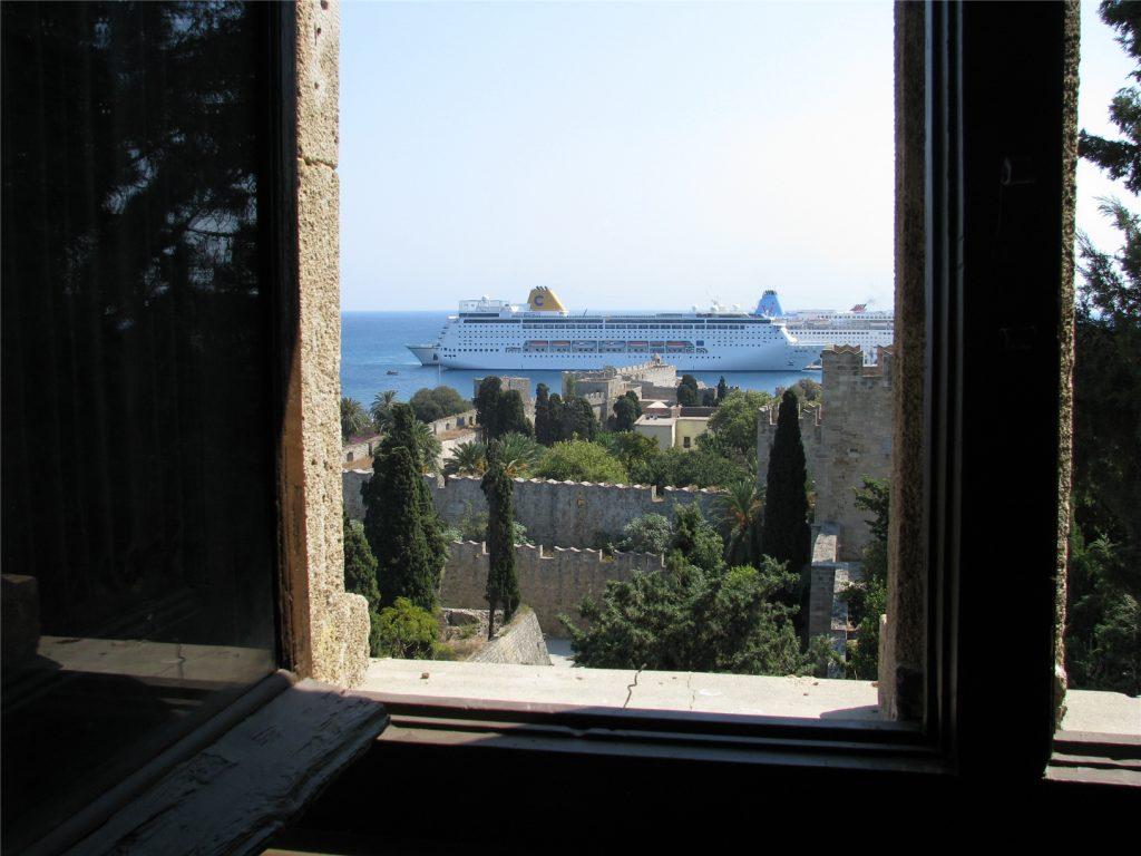 Вид из окон Дворца Великих Магистров.