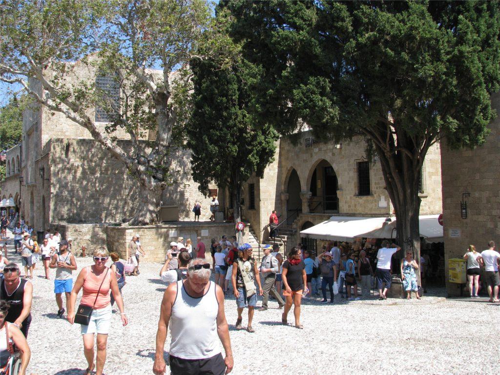 Очень много туристов в Родосе