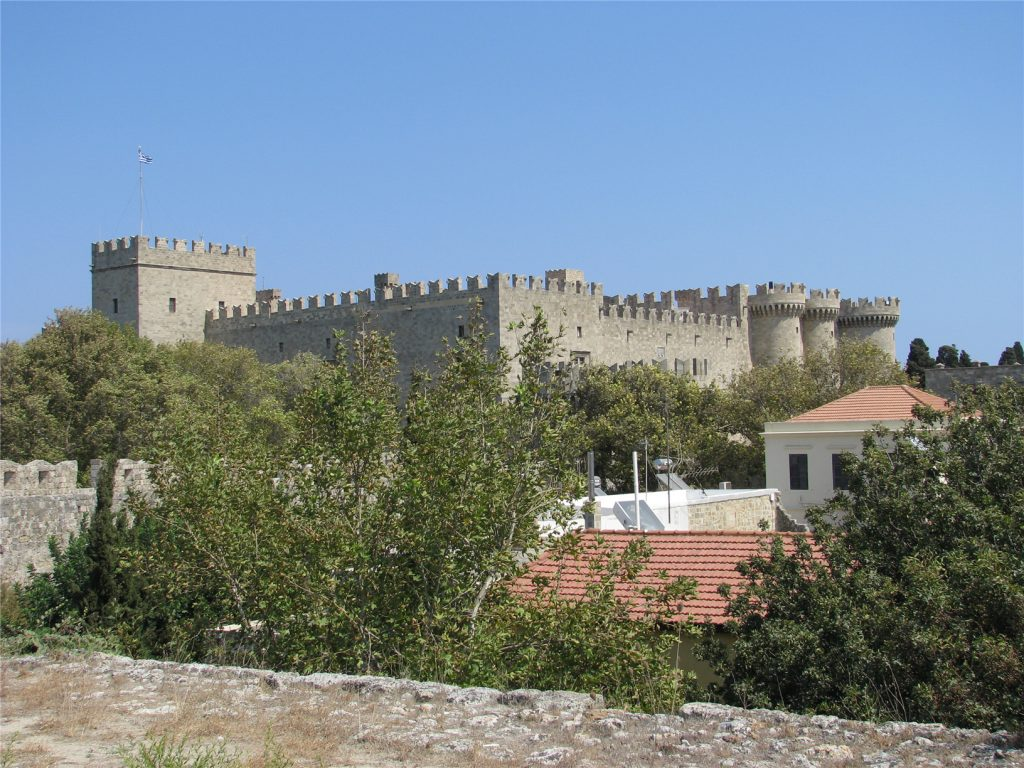 Вид на Дворец Великого Магистра с крепостной стены. Родос.