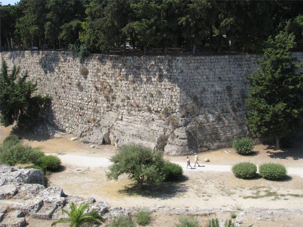 Ров вокруг крепостной стены Старого Города. Родос.