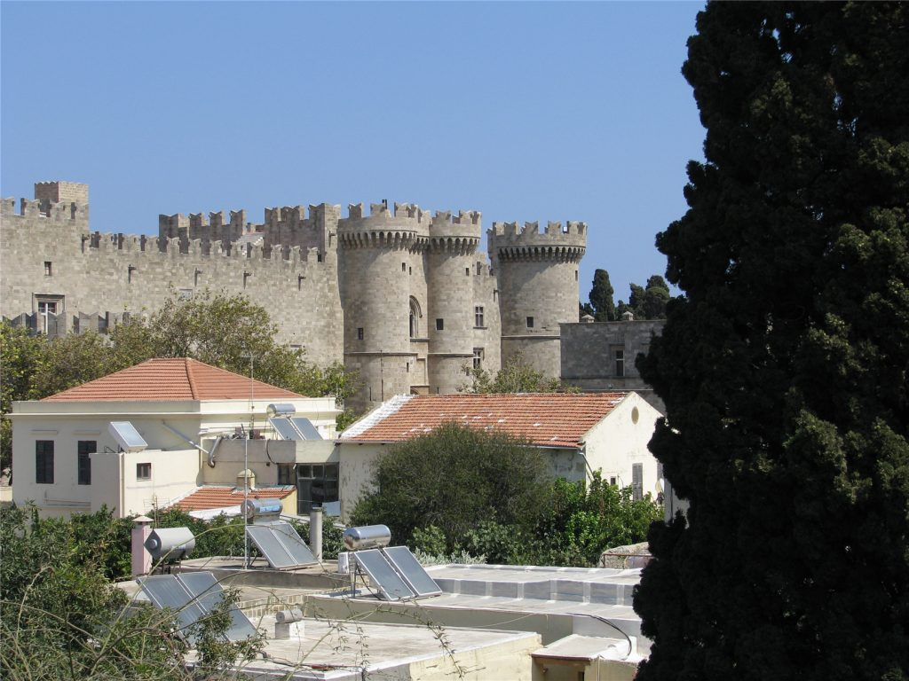 Крепостная стена. Вид на Дворец Великого Магистра. Родос.