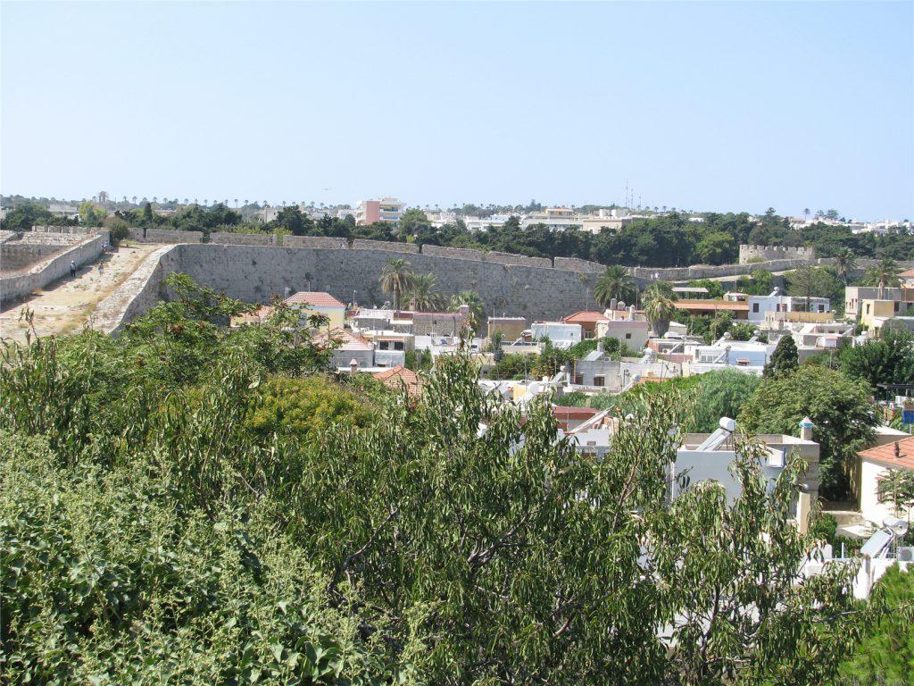 Изгибы стены Старого города. Родос.