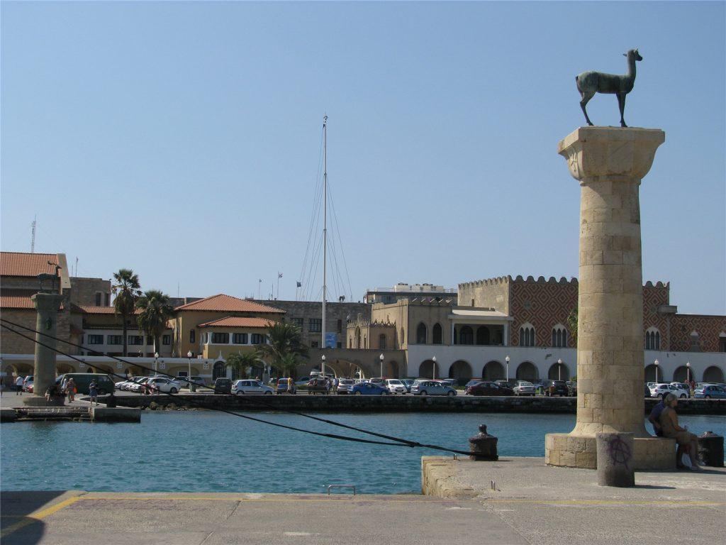 Вход в гавань Мандраки. Здесь стоял Колосс Родосский.