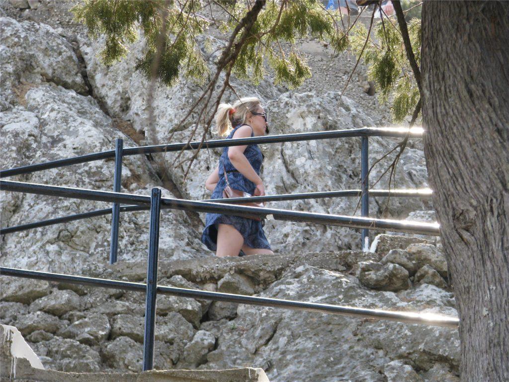 Аня поднимается на гору Цамбика на Родосе