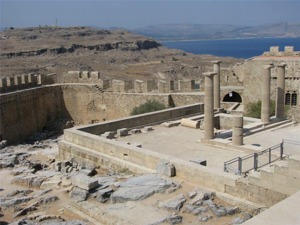 Развалины древнегреческого Акрополя в городе Линдос