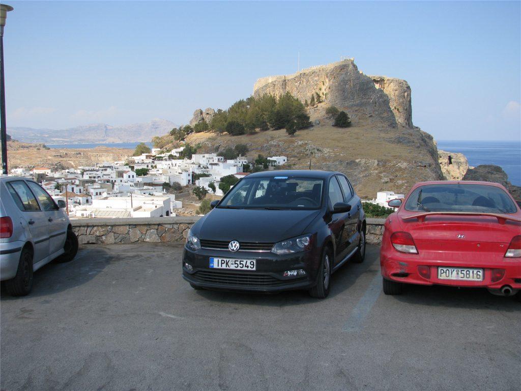 Наш арендованный автомобиль VW Polo на фоне Акрополя в Линдосе