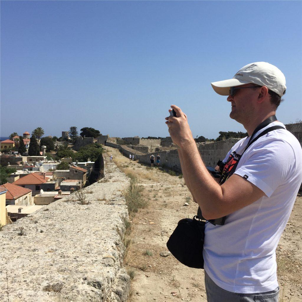 Андрей на фотоохоте. Стена Старого Города. Родос.