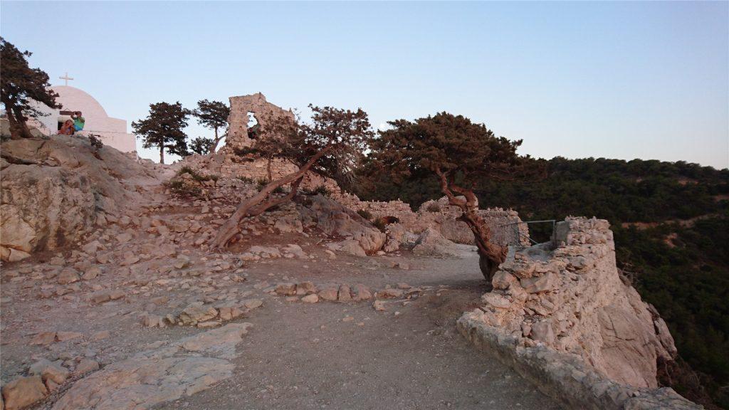 Крепость Монолитос в последних лучах заходящего солнца