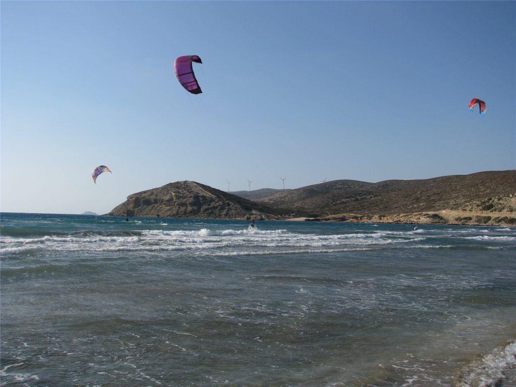 Кайтсерферы на Эгейском море у мыса Прасониси на Родосе