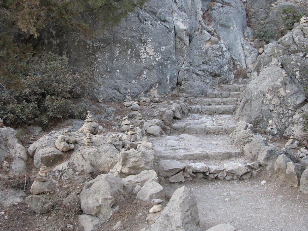 Каменная тропинка к крепости Монолитос