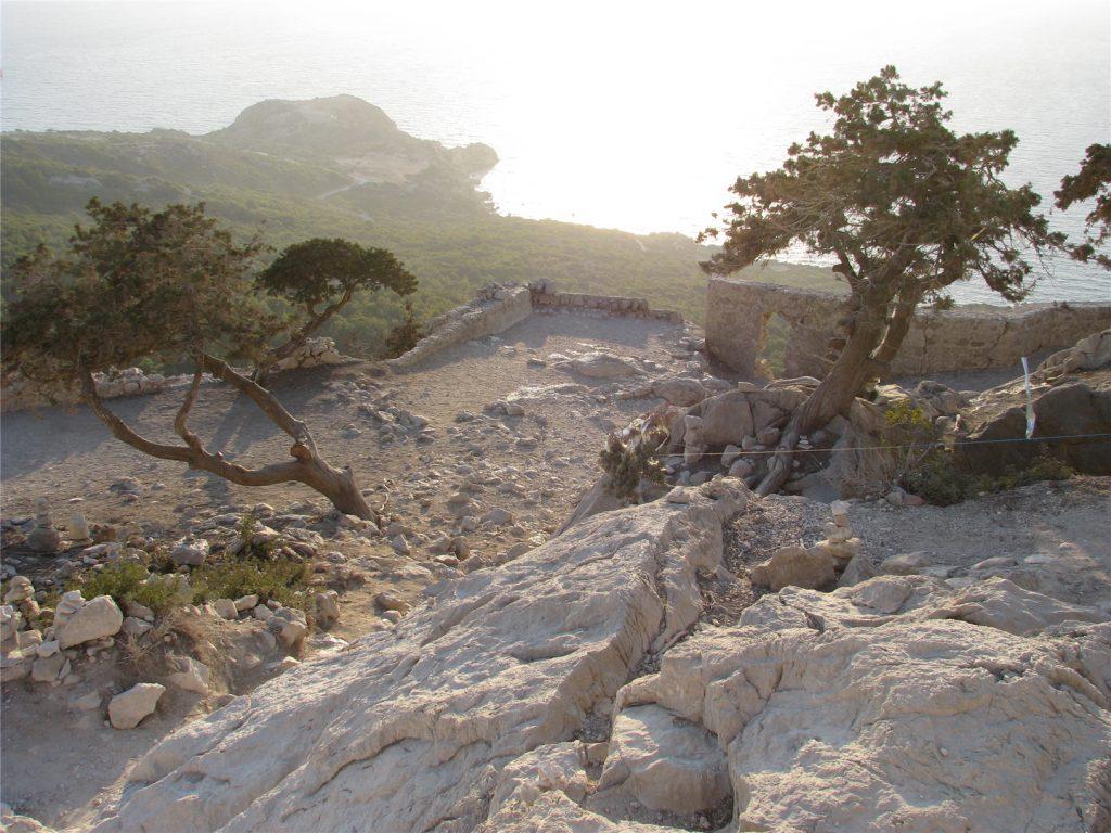И на камнях растут деревья. Крепость Монолитос.