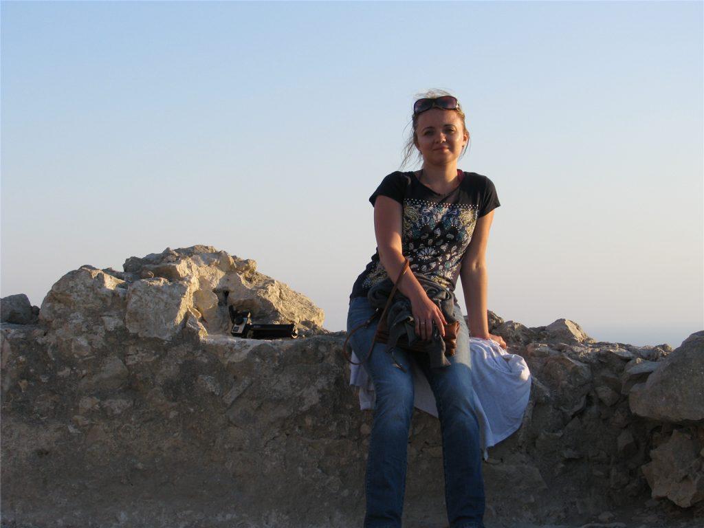 Аня в крепости Монолитос