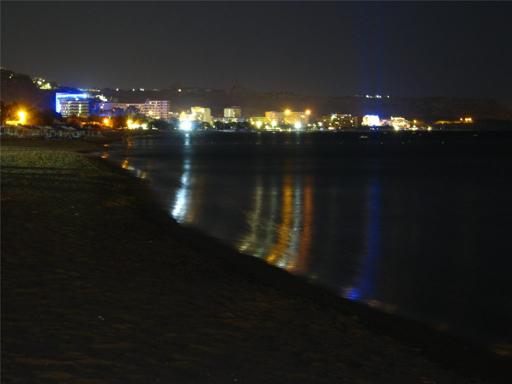 Ночные огни Фалираки с пляжа